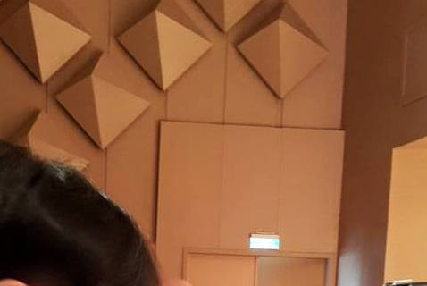 演藝圈銀色夫妻李李仁與陶晶瑩,兩人育有1子1女,家庭生活幸福,昨天是他們的兒子「李小龍」的幼稚園畢業典禮,夫妻倆前往出席,陶晶瑩上傳一張她偷拍李李仁的照片,照片中李李仁看著兒子在台上表演,居然忍不住...