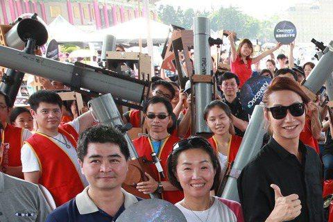 宇宙人樂團阿奎(左起)、小玉與方Q,昨天出席Discovery「宇宙追星趴」,與追觀星人拿著DIY的天文望遠鏡合影。