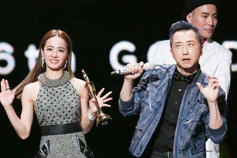 蔡依林專輯「呸」獲今年金曲獎最佳國語專輯獎,她上台領獎時與主持人庾澄慶畫面逗趣。