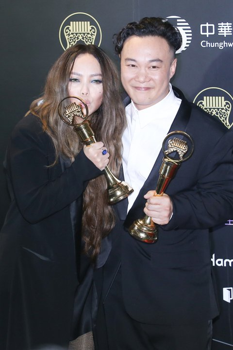 金曲歌王陳奕迅(右)與歌后張惠妹(左)在後台開心合影。