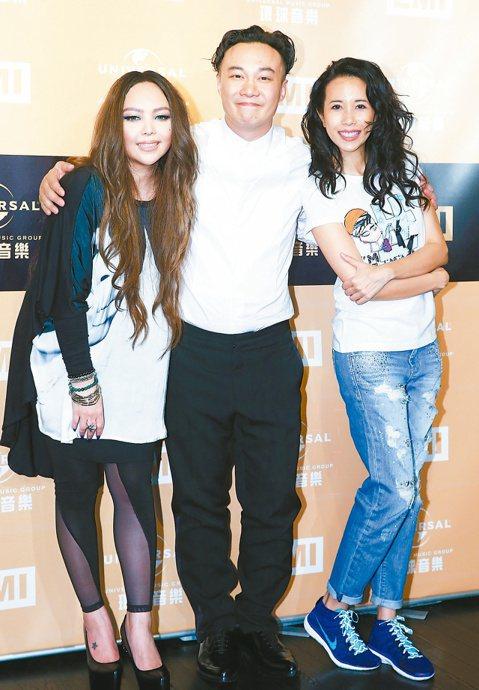 張惠妹(阿妹)拿下第3座金曲歌后獎座,陳奕迅也拿下金曲歌王獎座,與莫文蔚在慶功宴上開心敘舊。
