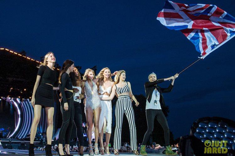 泰勒絲日前在倫敦海德公園舉行「1989世界巡迴演唱會」邀請一票超模姊妹花和球星站...