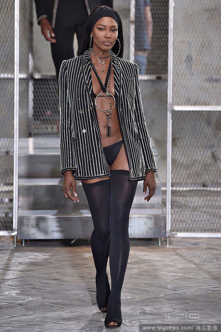 娜歐蜜坎貝爾穿了套比基尼、外罩西裝外套,並搭配膝上襪與兩位妹妹互尬性感,一出場就...