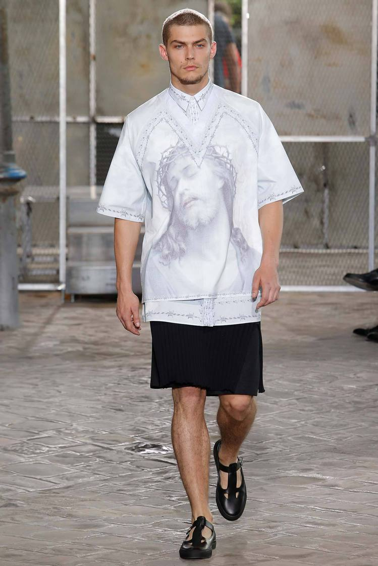 Givenchy 2016 春夏男裝系列,率性中帶點自由不羈的氛圍。圖/擷自st...