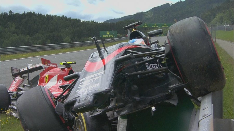Kimi將Alonso一路推向防護牆,撞牆後還擠進Alonso的車底,所幸兩人皆...