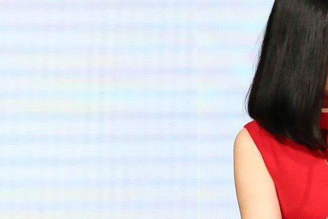 不用唱歌、不用表演,一句「我不辛苦,我真的很幸運」,二姐江蕙成為「金曲26」收視最大亮點,是眾所矚目的「國民天后」,也是連兩年金曲典禮上最閃耀的最佳女主角。「金曲26」收視率昨天出爐,無線收視平均5...