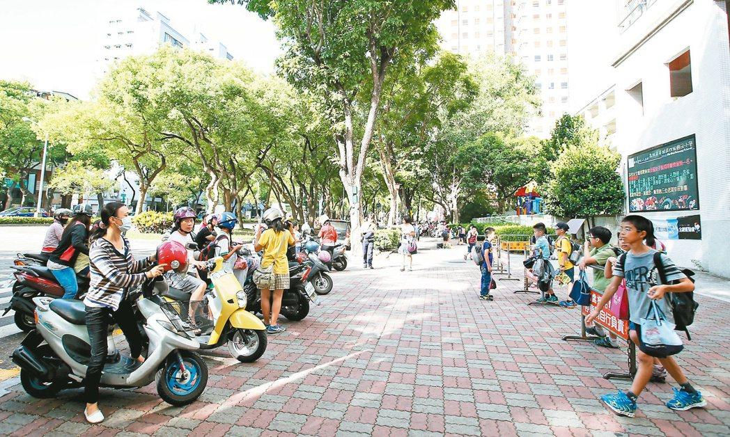 高市四維國小外的通學步道,期盼規畫出安全、整潔的通學空間。 記者程宜華/攝影