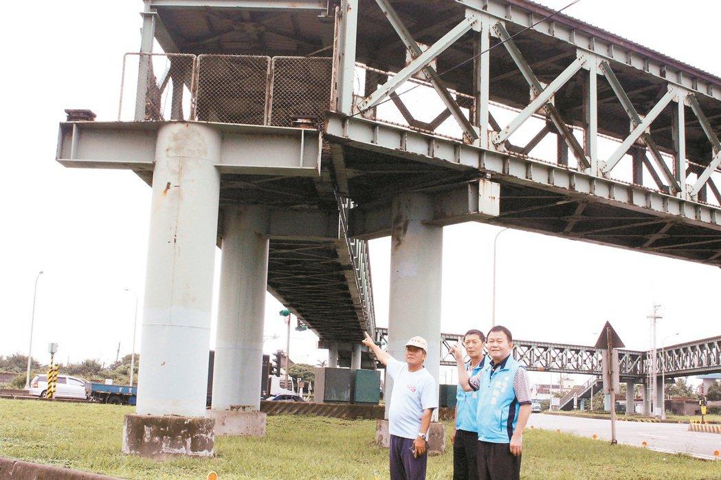 這2座,都要改 觀音區大潭人行天橋在台15、66號快速道路口,市議員歐炳辰(右1...