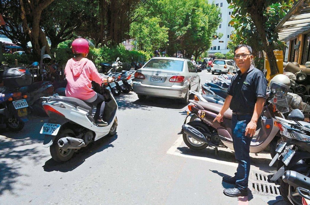宜蘭縣羅東鎮南昌街因劃設機車停車格,對面又常有機車違規停車,造成交通瓶頸。 記者...