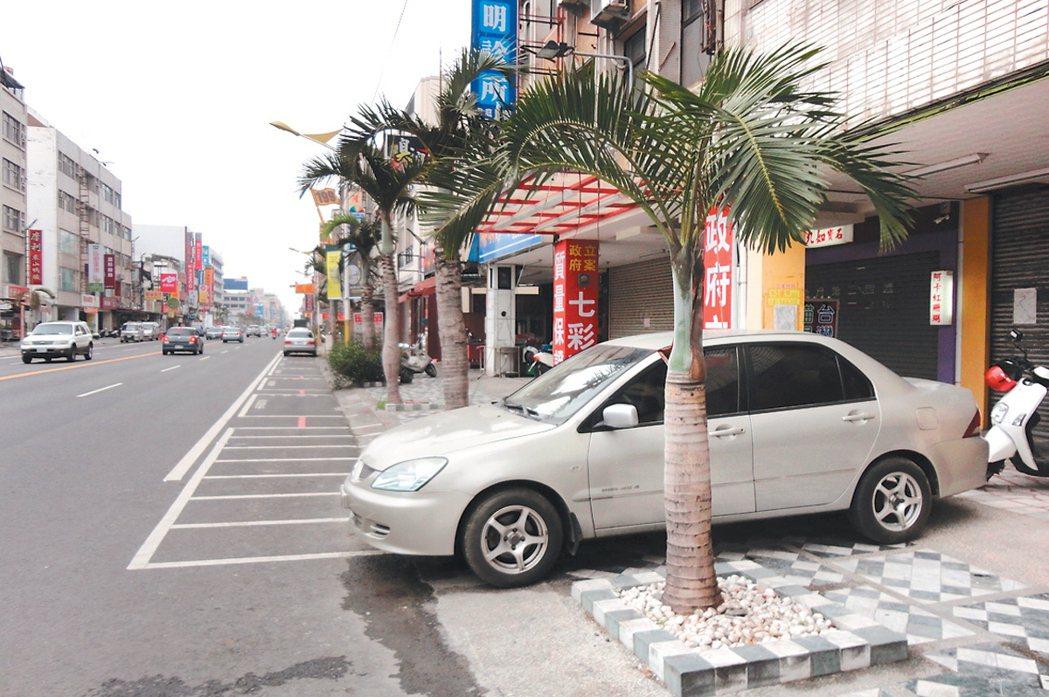 花蓮市靠近建國路的中山路上,有民眾將汽車橫停在人行道,造成人行道無法通行。 記者...