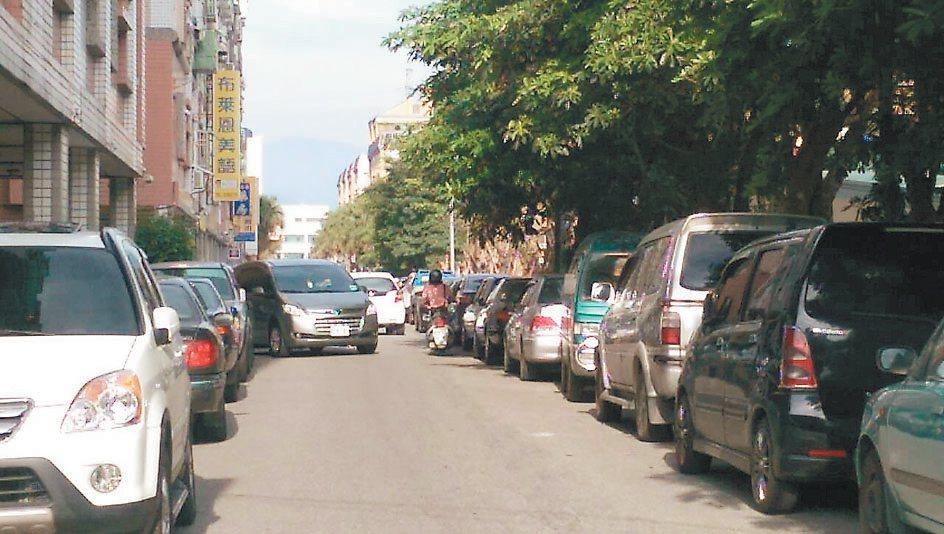 宜蘭市校舍1路兩側停滿車,常見爭道景象。 記者戴永華/攝影