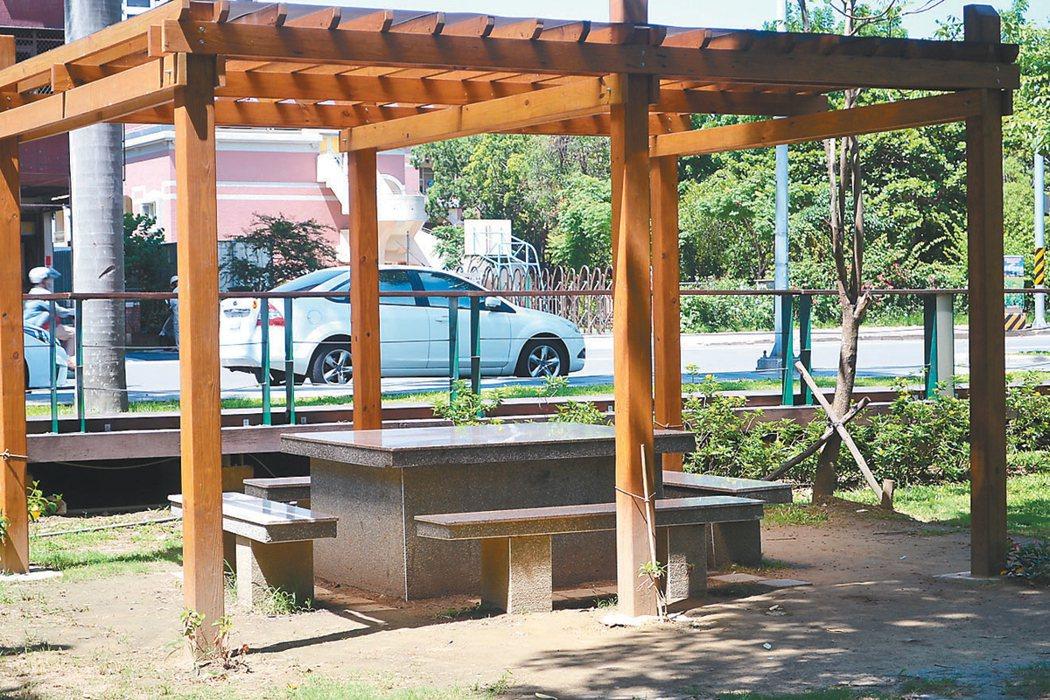 台南公園充斥石桌石椅,下方並有大片水泥基座,影響美觀也破壞棲地。 記者鄭惠仁/攝...