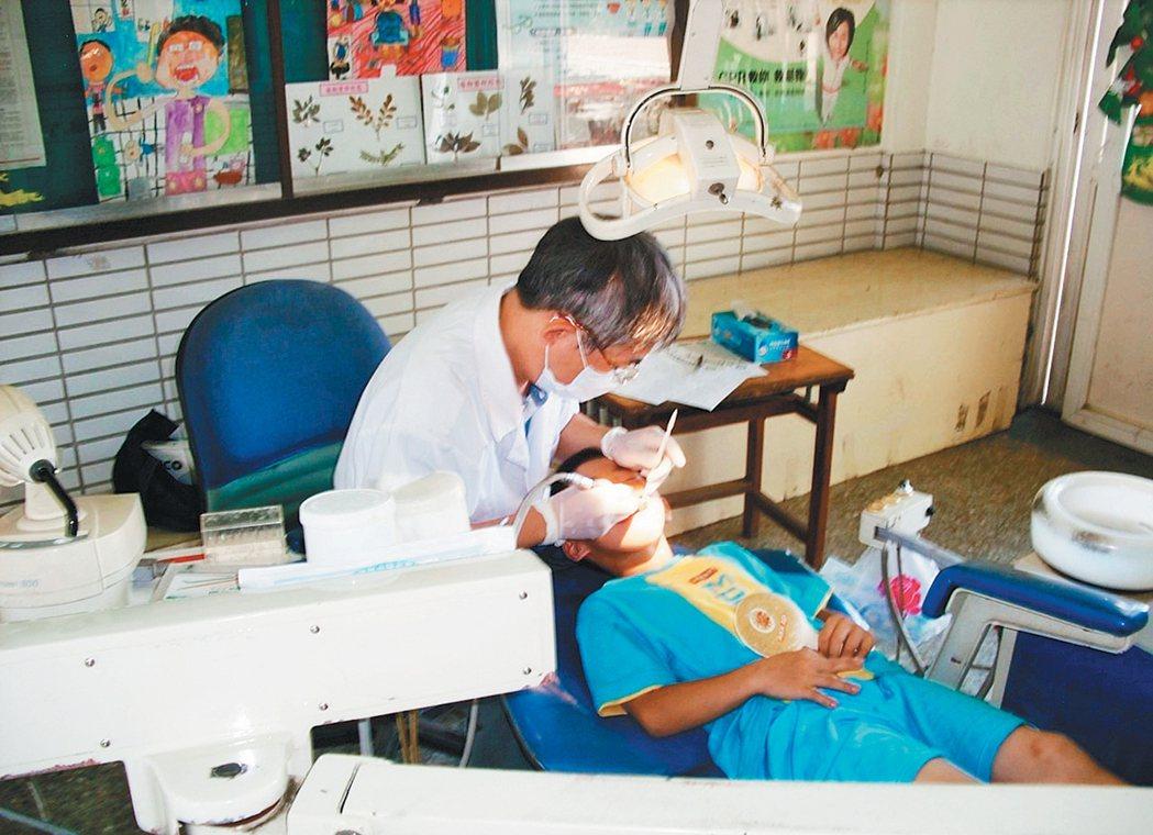 雲林縣牙醫公會不惜把整座活動式診療檯搬到學校,幫偏鄉孩子醫治牙病。 記者蔡維...