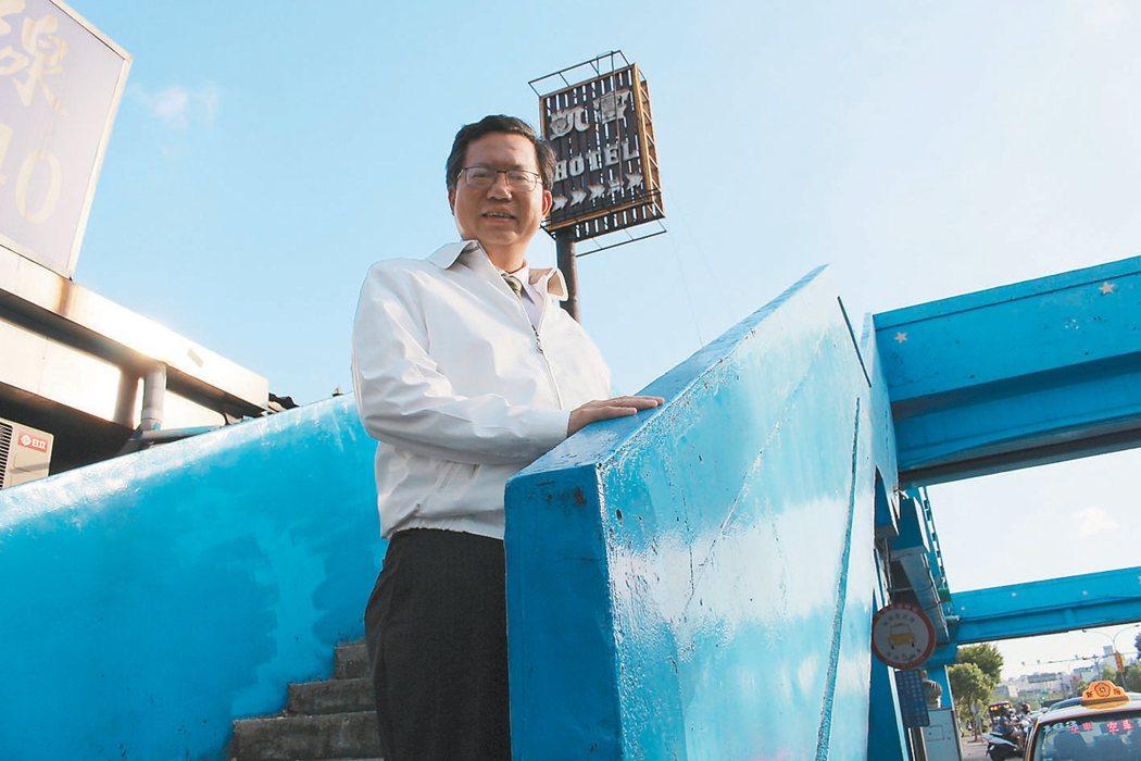 市長鄭文燦親自走訪陸橋,強調有危險與安全疑慮的路橋優先拆除,但學生使用頻繁的則不...