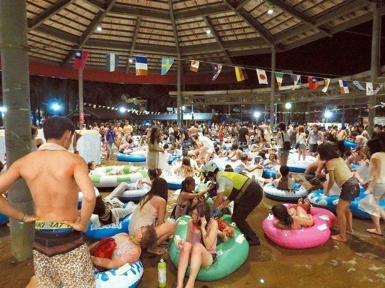 八仙樂園彩色派對發生塵爆,造成上百人燒燙傷,救難人員讓傷患躺在游泳圈,避免傷口碰...