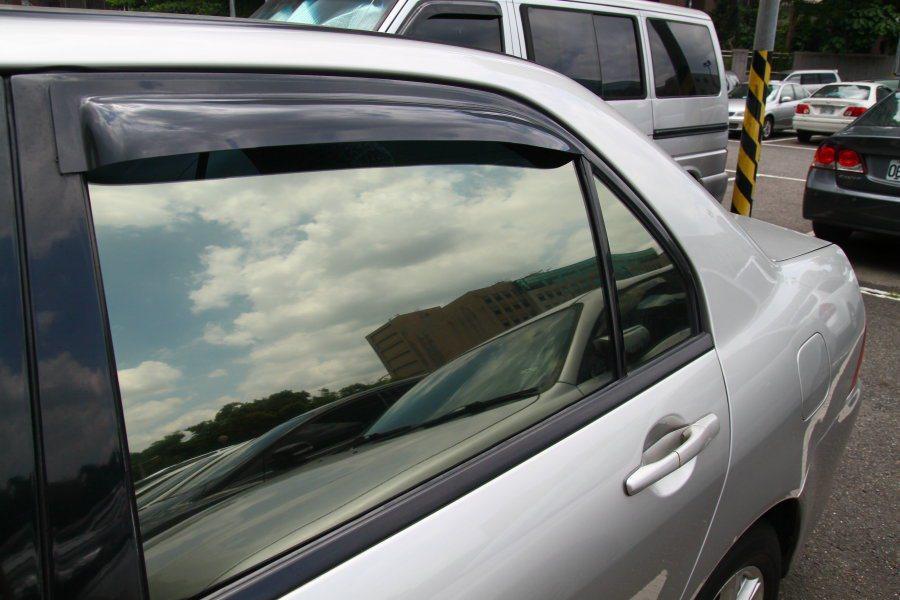 平時可詢問原廠相關人員,了解愛車破壞哪一塊玻璃較為合適。 記者敖啟恩/攝影