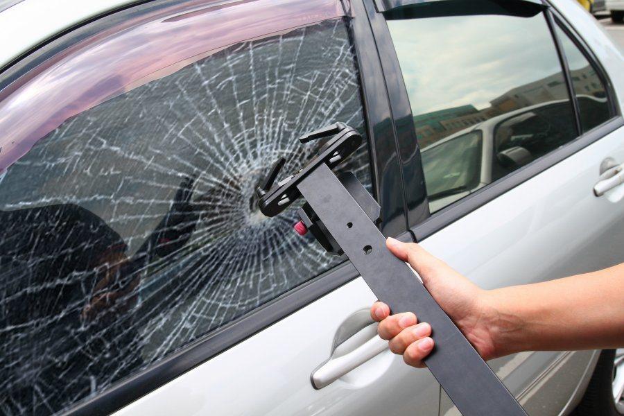 破窗時務必小心,別被玻璃給劃傷了。 記者敖啟恩/攝影