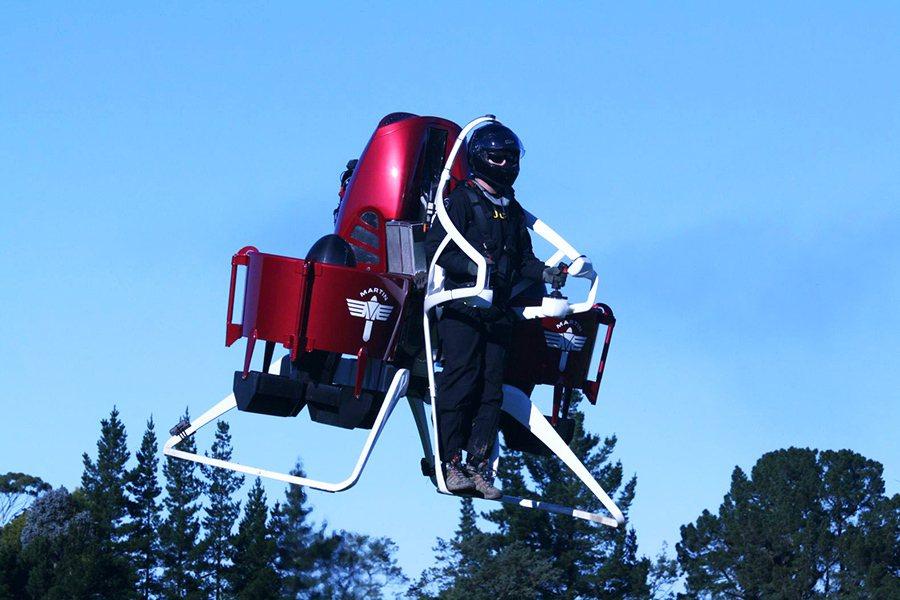 在飛行途中,若駕駛於高空中方放開搖桿,中央控制系統中的校正裝置便會自動接手,讓飛...