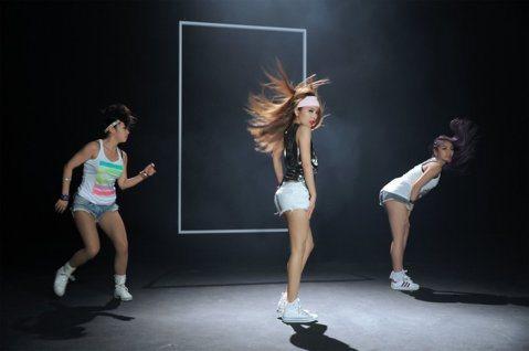 大嘴巴的第5張專輯「有事嗎?」,從音樂、服裝、髮型及舞蹈,都走80-90年代復古元素。最新一波歌曲MV「調調」,時間回到2015年,愛紗祭出「電臀」秘密武器,大跳「twerk電臀舞」,說是要大家眼睛...