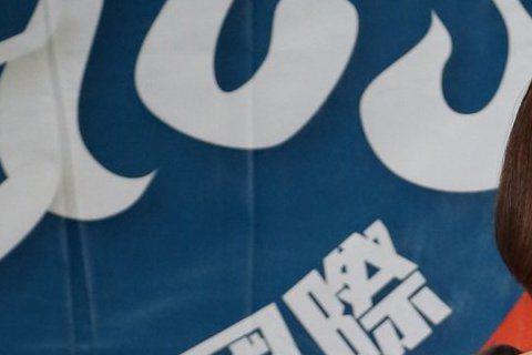 魏如萱入圍今年金曲獎最佳國語女歌手,6月底將代表台灣出征英國草地音樂節,昨出席行前記者會時,透露自己為了美美登上紅毯,近來喝檸檬水、吃代餐,身高168公分的她,目前體重52公斤,問到她若得歌后,會不...