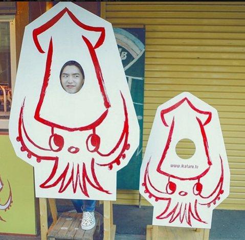 日前終於結束亞洲巡迴見面會行程的南韓小天王李鍾碩最近在做甚麼呢?昨日他於個人IG上傳一張化身為「魷魚哥」的照片,照片中的他站在魷魚立牌後方,僅露出帥氣臉龐,擺出逗趣表情,並寫下「大家好?我叫魷魚.....