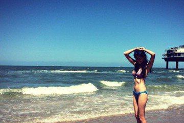 名模王心恬最近到荷蘭旅遊,分享了她旅遊美照,昨日她在臉書寫道:「無意踏入的海灘 我還沒看過這麼長的沙灘❤ 北海的海水溫度冰到只能踏一踏 完全不敢下水。」隨文還附上穿著比基尼在沙灘上陽光燦爛大秀身材的...