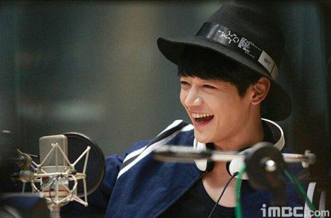 南韓人氣男團組合SHINee的成員珉豪參加KBS電視的智慧問答節目「1對100」 ,他爆料自己的哥哥是「首爾大學美男」,哥哥的人氣一向勝過他,家人都認為哥哥才應當藝人。南韓「日刊體育」報導,「1對1...