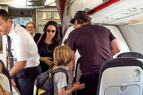 小布(Brad Pitt)與裘莉(Angelina Jolie)是好萊塢的大明星,坐飛機竟然跟一般人一樣擠經濟艙。上周六小布與裘莉帶著六個孩子坐飛機從巴黎飛往尼斯,一家八口竟然是坐經濟艙,小布還幫忙...