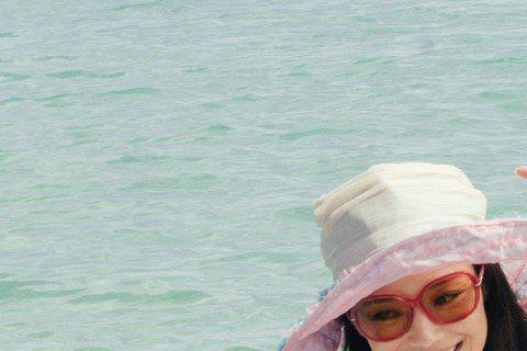 任賢齊演而優則導拍新片「落跑吧愛情」,同為台灣鄉親的舒淇二話不說力挺主演,小齊為了表達感謝,只能盡心照顧舒淇,時常幫她撐傘,獲封「地表最貼心導演」,不過舒淇除了日曬還有暈船,影后在澎湖美景下可吃足了...