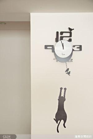 一隻貓準備跳要抓住時鐘上的小鳥,讓壁貼和時鐘趣味的結合,營造出故事般的躍動場景,...