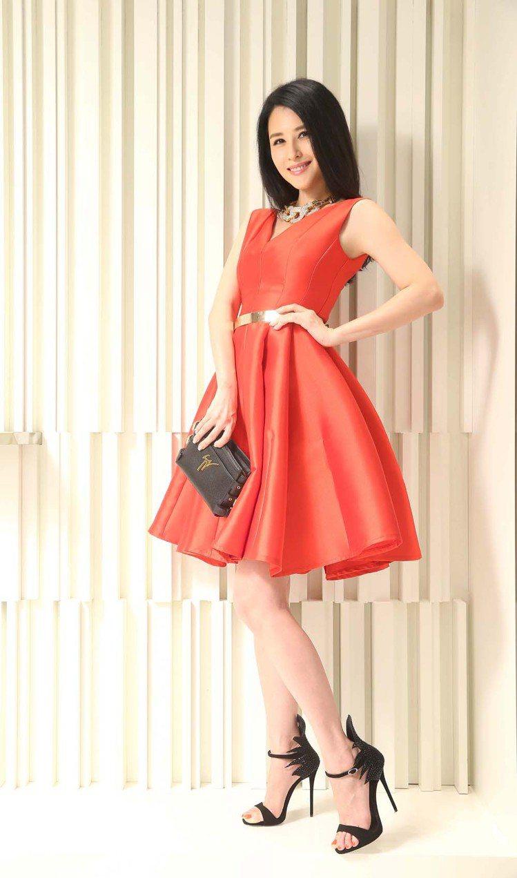 穆熙妍穿著Giuseppe Zanotti Design黑色火焰水晶高跟鞋59,...
