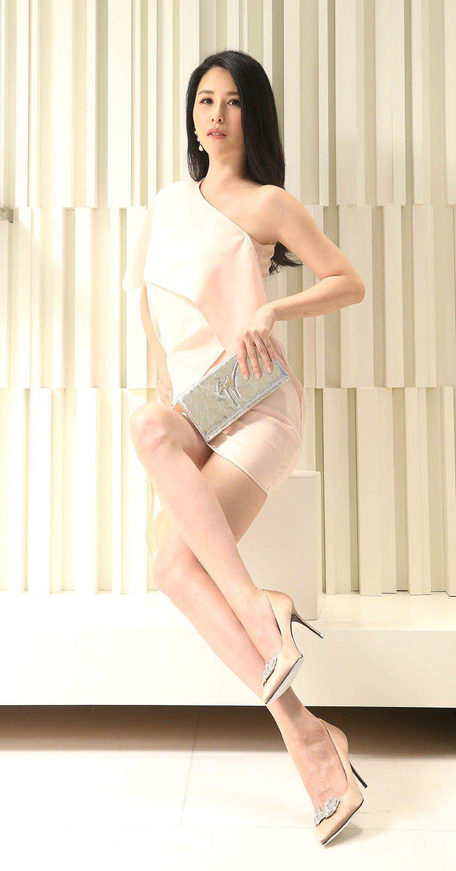 穆熙妍穿著Giuseppe Zanotti Design裸色水鑽高跟鞋48,80...