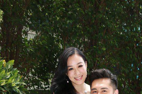44歲鍾麗緹與小12歲的男模張倫碩合作戀愛真人秀「如果愛」傳假戲真做,日前鍾麗緹才在節目見面會上與張倫碩曖昧傳情,還要大家「看節目就會感受到是真還是假」。今日兩人從香港機場出發,前往長沙工作,鍾麗緹...