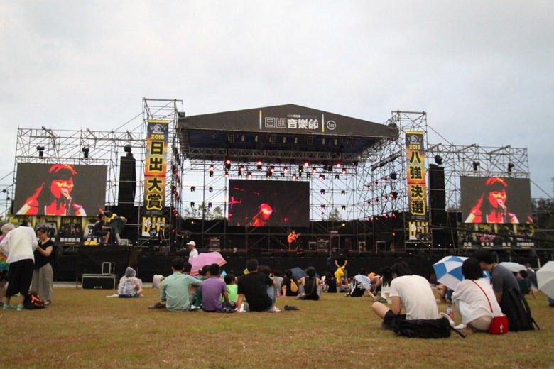 日出音樂節端午連假在花蓮台開園區進行,大舞台上樂手精彩賣力演出,讓為數不多的觀眾...