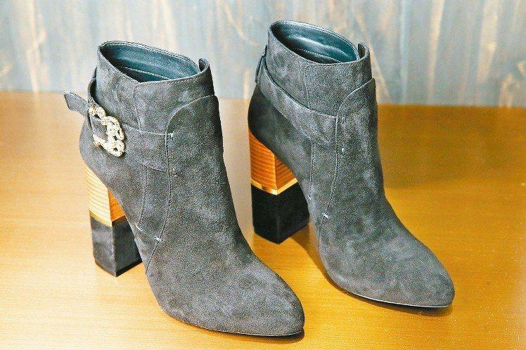 Roberto Cavalli異材質拼接粗跟短靴29,750元。 圖/記者王騰毅...