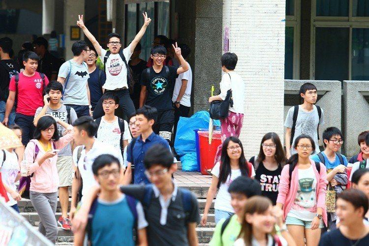 大學入學指定科目考試,考生雀躍步出考場。聯合報系資料照/記者王騰毅攝影