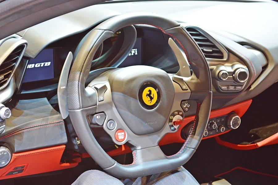 所有按鈕與控制裝置都被設置在中控台周圍以駕駛者為中心的控制面板上,並配有多功能方...