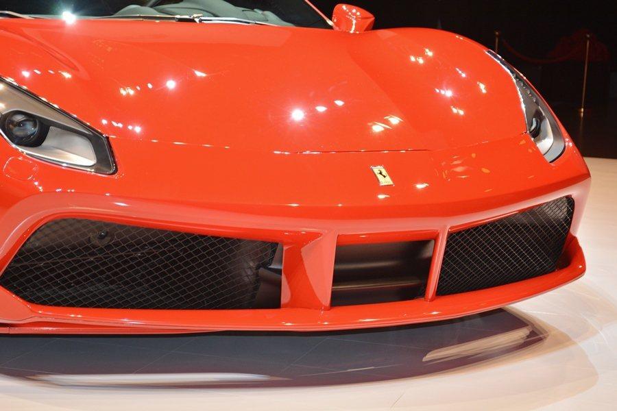 車頭有寬而大的前擾流且採雙層式設計,加上左右網格氣壩,可提升其散熱效率,中央為兩...