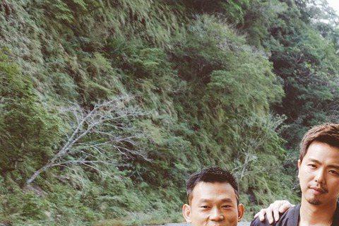 電影「角頭」被列限制級,導演李運傑下周將再爭取列輔導級,4日他和主角之一顏正國接受媒體訪問強調電影是要教大家「歹路不可行」,剛獲更生團契聘為公益大使的顏正國,表示看到電影裡小鬼黃鴻升角色出獄一幕時,...