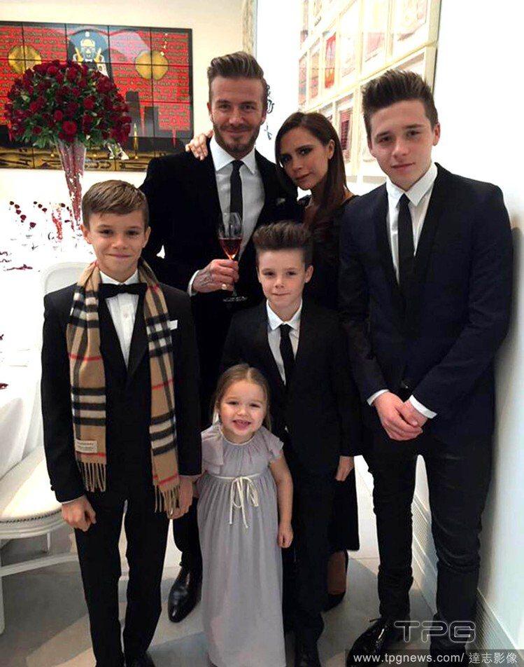 貝克漢夫婦歡慶結婚16周年,帶著四個孩子到餐廳一同享受美好的紀念日,並po出一家...