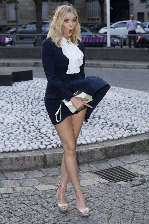 一陣風讓伊莉莎白奧森大露裙底春光,尷尬嘟嘴的模樣十分可愛。圖/擷自closerm...