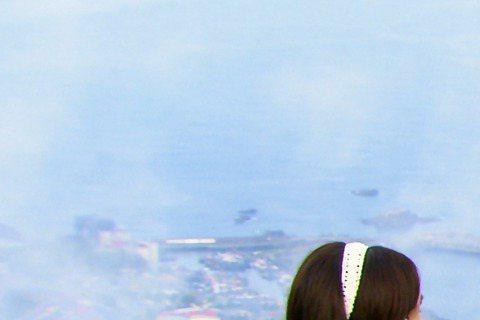 劉以豪主演台視、三立「他看她的第2眼」,戲中在高中時期喜歡上魏蔓,暗戀情愫長達10年,被問到初戀,他坦言自己的初戀在大一,還可惜來得太晚,他說:「應該在高中時期,這樣就可以和戲一樣,兩小無猜騎腳踏車...