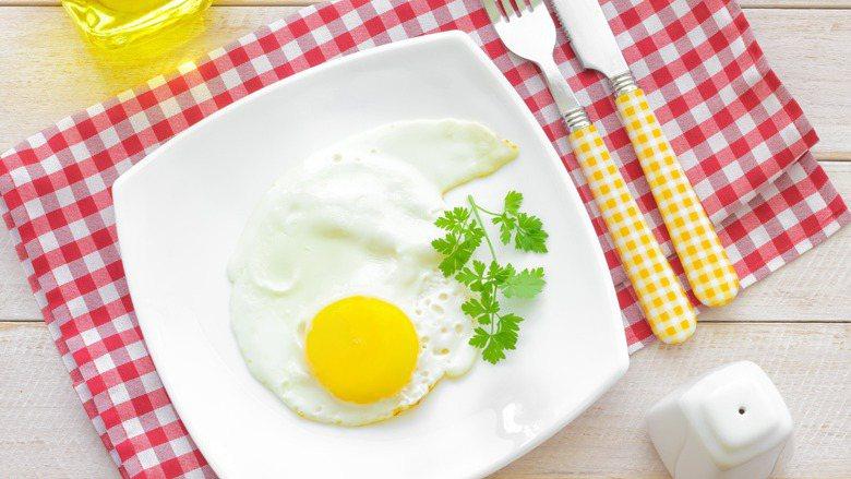 營養師指出,早餐如果不吃蛋白質,午餐前就會覺得餓得受不了。 圖/ingimage