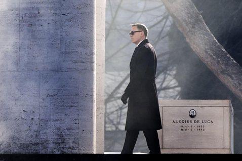 英國男星丹尼爾克雷格原本放話不再飾演「007情報員」系列電影主角詹姆士龐德,不過他已改變心意,準備為第5部龐德電影簽約;電影主題曲也將由英國鐵肺歌后愛黛兒演唱。英國「每日鏡報」(Daily Mirr...