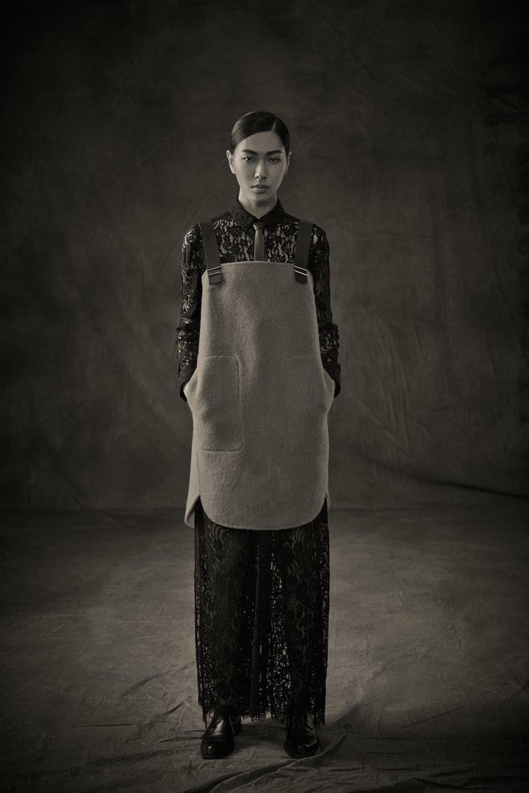 沒有絢麗的視覺畫面,CHARINYEH 選擇帶有濃濃文化藝術質感的黑白攝影作品來...