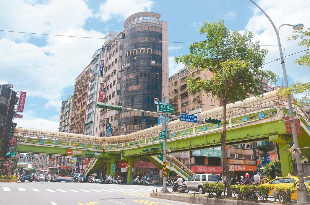 仁五路、愛三路天橋配合南榮路廊帶整體發展計畫,將會先行拆除。 記者游明煌/攝影