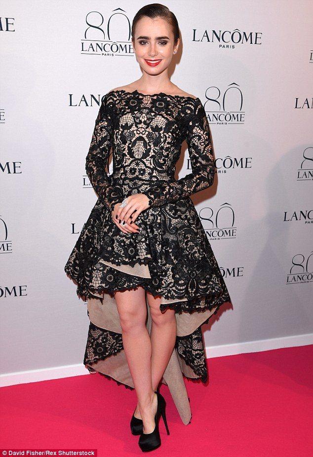 莉莉柯林斯穿 Mikael D 2015 早秋黑色小禮服,看起來復古華麗又俏皮。...