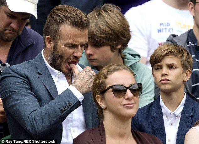 貝克漢看到羅密歐臉上沾了髒汙,竟乾脆用拇指「沾口水」幫兒子擦掉。圖/擷自每日郵報