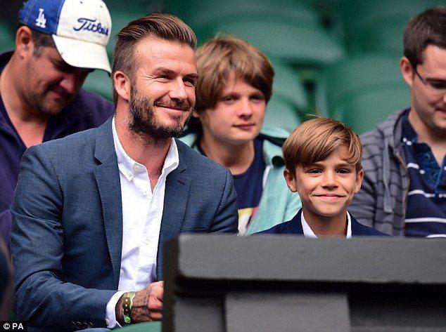 白襯衫與藍西裝的「父子裝」,看起來如紳士般帥氣。圖/擷自每日郵報