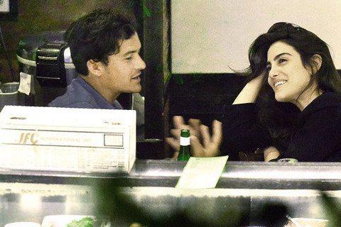 奧蘭多布魯(Orlando Bloom)現在又有了新歡,是一位巴西小咖女演員Luisa Moraes,兩人在壽司店來個晚餐的約會,不過看起來奧蘭多布魯似乎對壽司不感興趣,反而比較想「吃」了身旁的女伴...